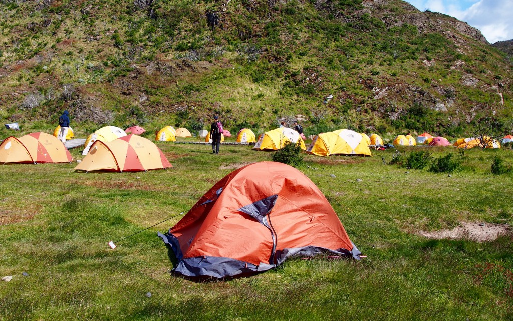 's Nachts zette de wind nog steeds door en klapperde onze tent luid. We sliepen in reeds opgezette Northface tentjes. Tentjes van goedkopere merken en goedkoper materiaal hielden het slecht. Betere reclame voor Northface kun je je niet voorstellen.