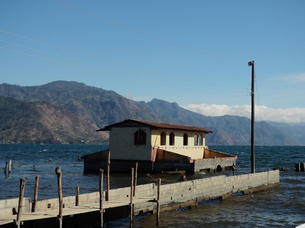 Het waterpijl van het Atitlan meer stijgt voortdurend. De afgelopen 30 jaar, maar liefst meer dan 10 meter. Hierdoor staat een groot aantal huizen deels of volledig onder water.